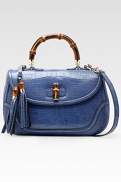 Средно голяма лачена чанта в синьо с пискюли Gucci Есен-Зима 2011