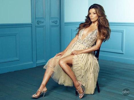 Ева Лонгория в блестяща рокля с дълбоко деколте