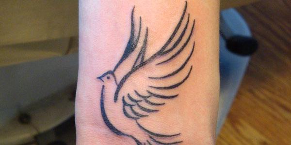 Татуировка гълъб на китката