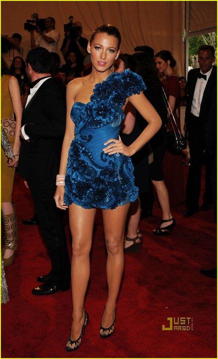 Блейк Лайвли в къса синя рокля