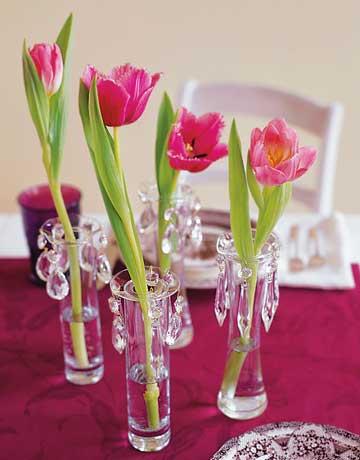 Декорация за маса с лилава покривка и лалета в стъклени вазички