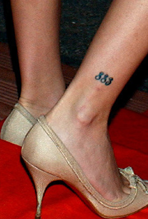 Миниатюрна татуировка на глезена на Пенелопе Круз