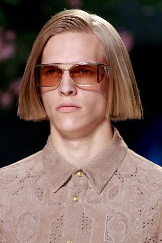 Права коса в мъжка прическа черта ревю на Versace пролет 2012