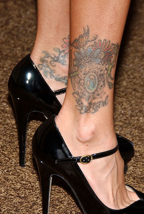 Голяма цветна татуировка на глезена на Джена Джеймсън