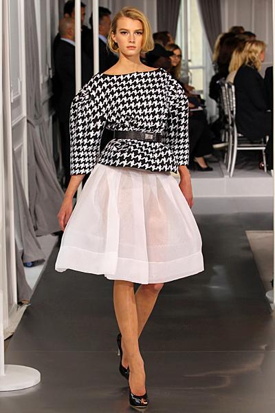 Бяла разкроена пола и карирано сако Haute Couture на Dior за Пролет-Лято 2012