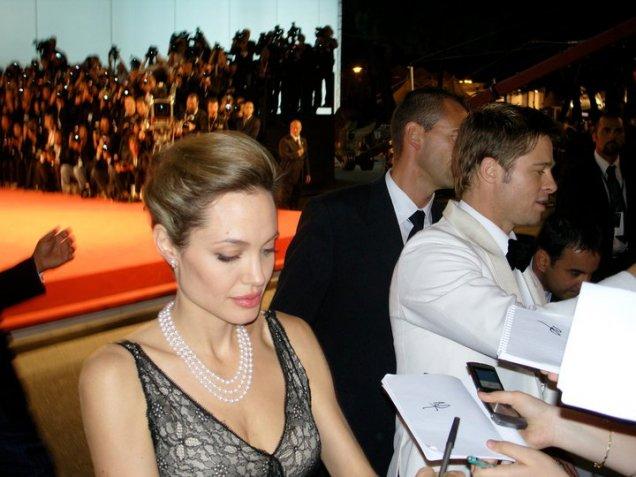 Анджелина Джоли в елегантна рокля дантела и съпругът й Брад Пит разписват автографи