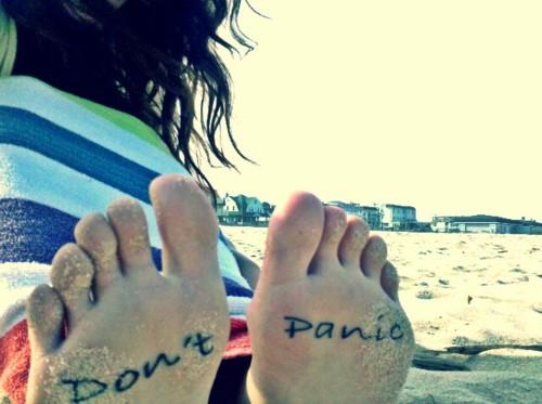 Татуировка don't panic на ходилата