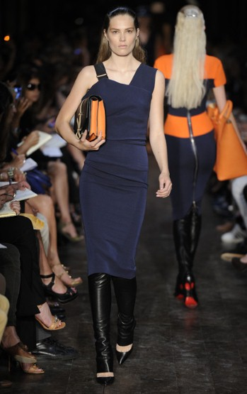 Тъмно синя рокля по тялото с две различни презрамки Victoria Beckham Пролет-Лято 2012