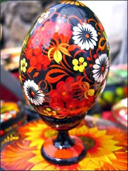 Майсторски изрисувано великденско яйце на цветя