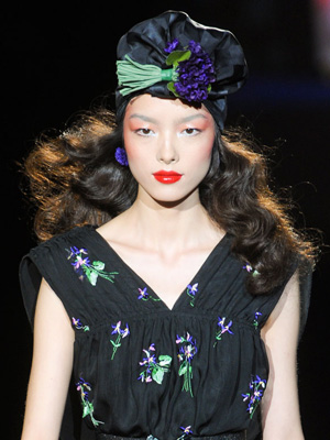 Прическа с пусната коса и тюрбан с пискюл от ревю на Anna Sui