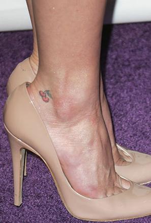 Татуировка черешки на глезена на Ашли Симпсън