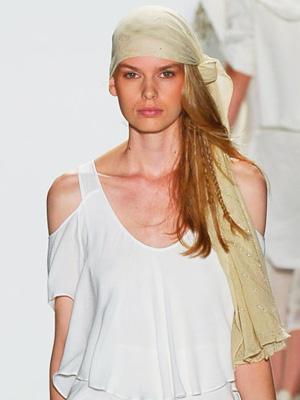 Прическа с коса от една страна и шал от ревю на Nicholas K
