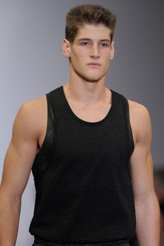 Мъжка прическа за пролет 2012 тип военна ревю Calvin Klein