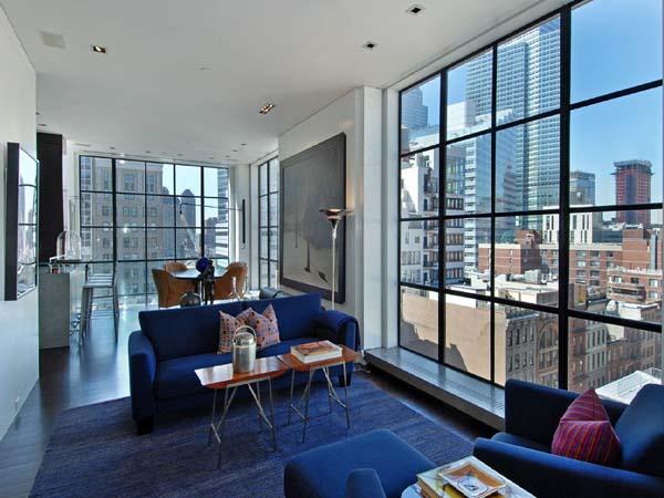 Интериор а малък апартамент със стъклена стена