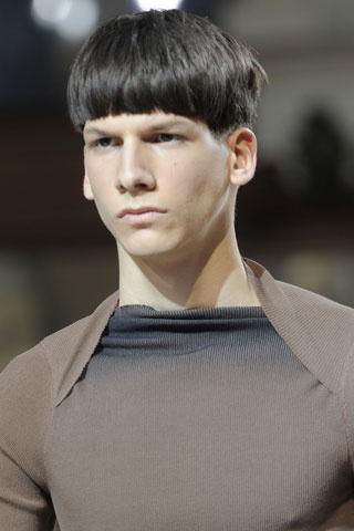 Прическа за мъже с прав бретон