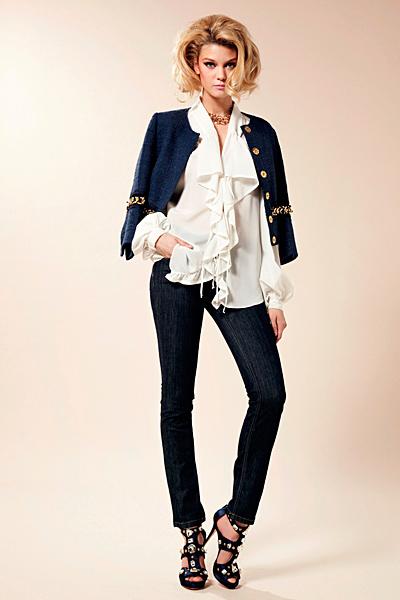 Дънки с бяла риза с жабо и синьо сако Предпролетна колекция Blumarine за 2012
