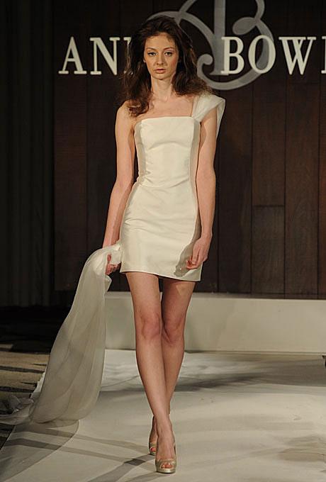 Къса булчинска рокля с едно рамо със шлейф Anne Bowen пролет 2012