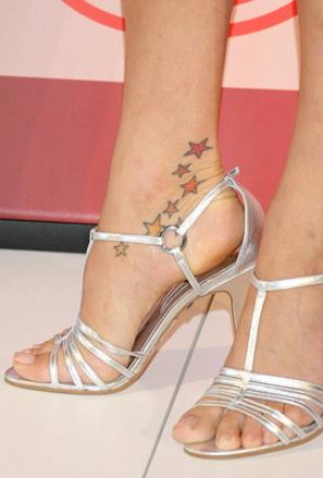 Татуировка малки звезди на глезена на Петра Немцова