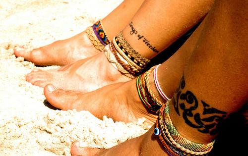 Татуировки гривни около глезените