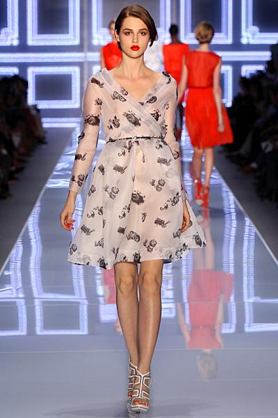 Кремава ефирна разкроена рокля до коляно с 3/4 ръкав Dior Пролет-Лято 2012