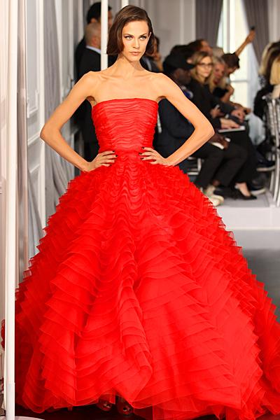 Червена рокля тип принцеса без презрамки Haute Couture на Dior за Пролет-Лято 2012