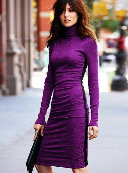 Едноцветна изчистена рокля по тялото с поло яка и лента встрани