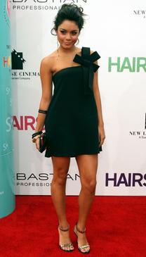 Ванеса Хъджънс в малка черна рокля