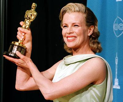 Ким Бейсинджър с Оскар за поддържаща женска роля в Поверително от Ел Ей, Оскари 1998
