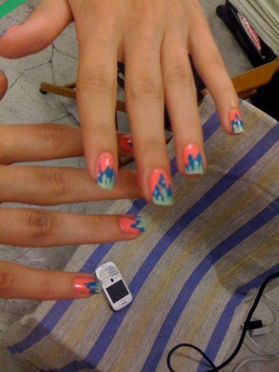 Декорация за нокти в розово с два тона сини ивици
