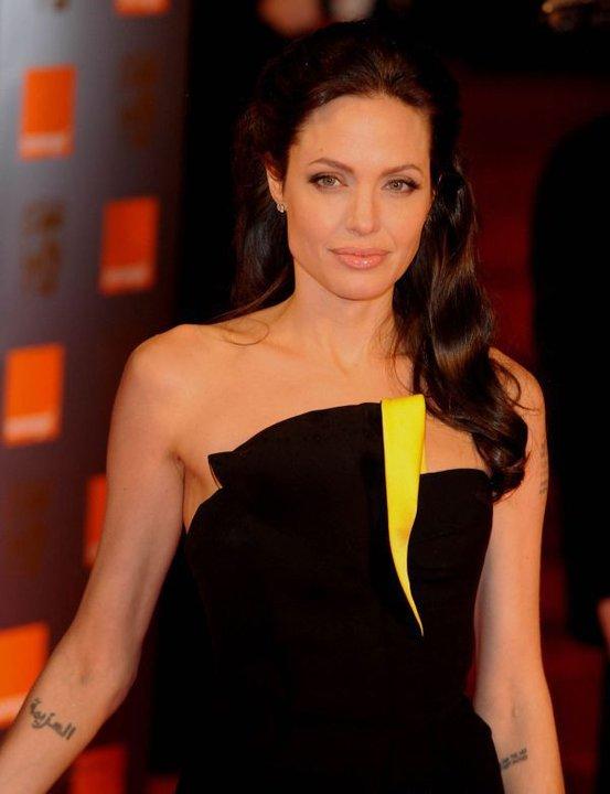 Анджелина Джоли в черна официална рокля