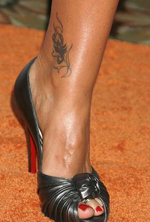 Татуировка скорпион на глезена на Дейзи Фуентес