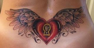 Татуировка сърце с крила и ключалка ниско на кръста