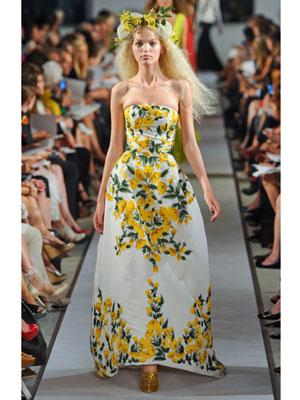 Рокля без презрамки с жълти цветя Oscar de la Renta пролет-лято 2012