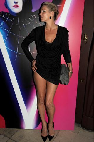 Кейт Мос показва перфектни крака в къса черна рокля с падащо деколте