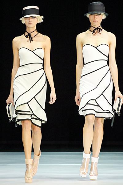 Бяла стилна рокля с черни пресичащи ленти Emporio Armani Пролет-Лято 2012
