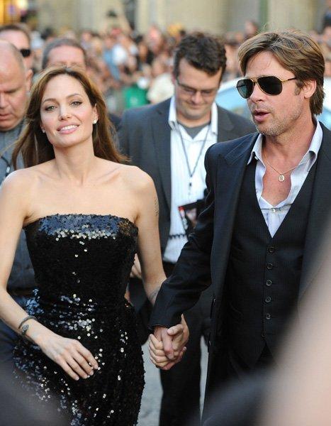 Анджелина Джоли в черна рокля с пайети с Брад Пит