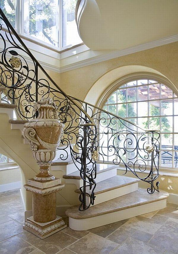 Интериорна стълба с мраморни стъпала
