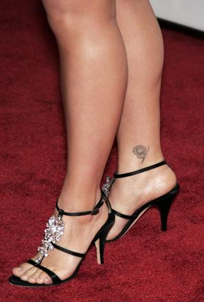 Татуировка маргаритка на глезена на Кели Кларксън