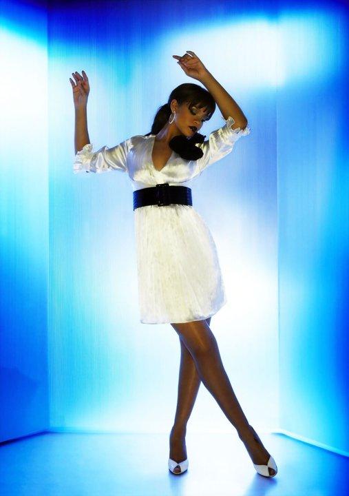 Риана в къса бяла рокля