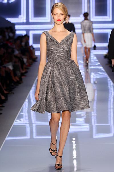 Стилна сива разкроена рокля с остро деколте Dior Пролет-Лято 2012