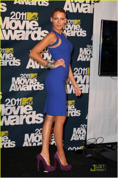 Блейк Лайвли в секси синя рокля