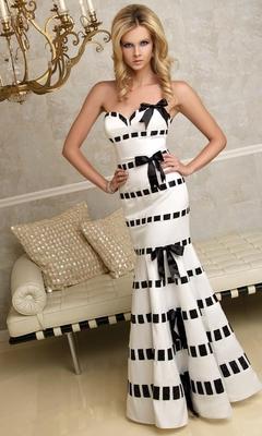 Бяла дълга рокля без презрамки с черни панделки за бал 2012
