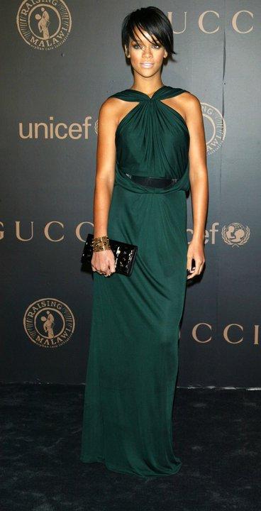 Риана в супер стилна дълга тъмно зелена рокля