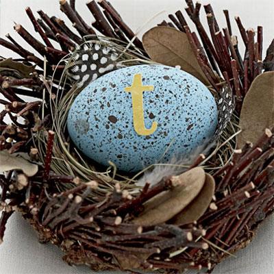 Великденско яйце боядисано в светло синьо с петна