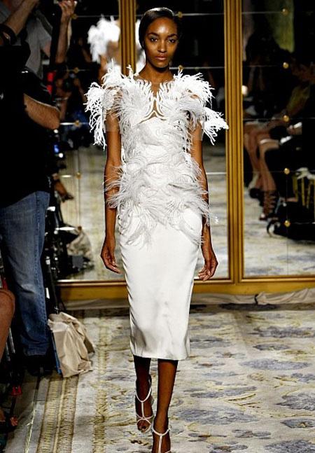 Бяла рокля по тялото под коляното с пера Marchesa пролет 2012