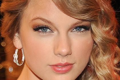 Тейлър Суифт с опушено око в златисто-бронзова гама