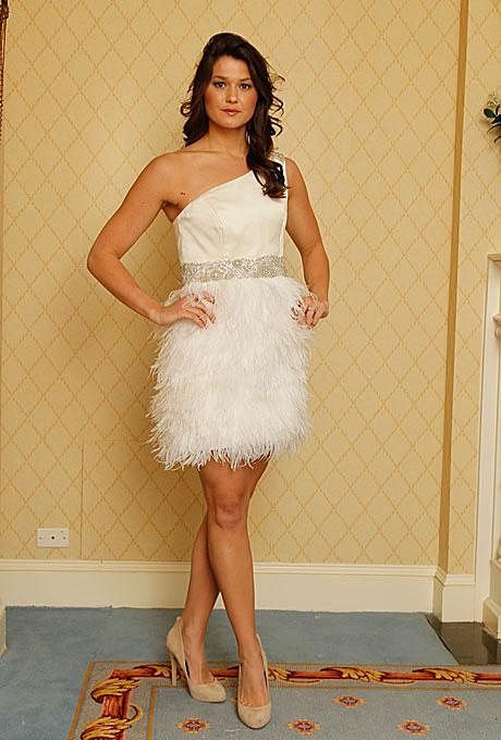 Къса булчинска рокля с едно рамо с пола от пера Heidi Elnora пролет 2012
