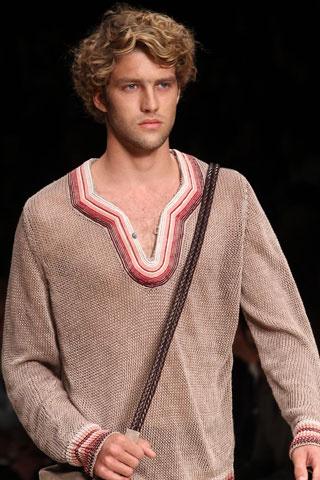 Мъжка  прическа за относително дълга чуплива коса ревю на Canali пролет 2012