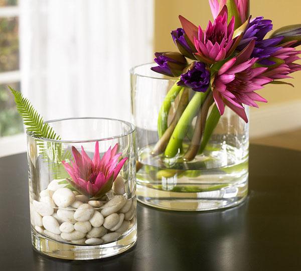 Декорация за дома с малки стилни вазички с пролетни цветя