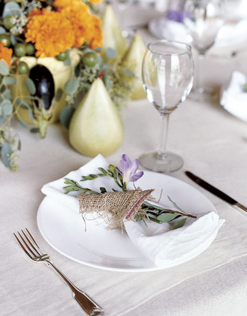 Красиво подредена маса със салфетка гарнирана с цвете